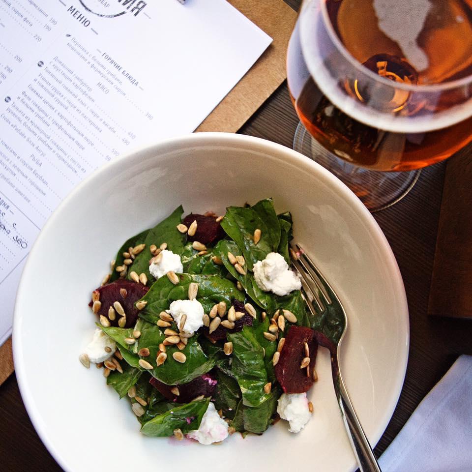Салат с печёной свёклой, шпинатом и фермерским сыром