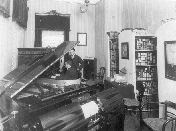 Продажа фортепиано в магазине музыкальных инструментов торгового дома «Юлий Генрих Циммерман». 1910-е